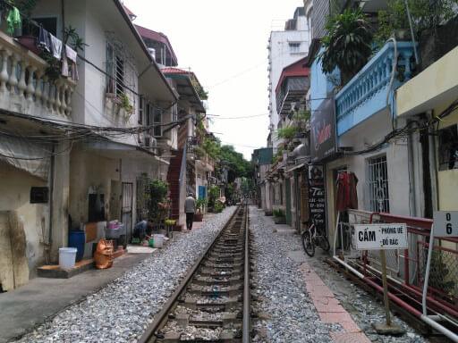 Carrer de Hanoi per on hi pasa el tren