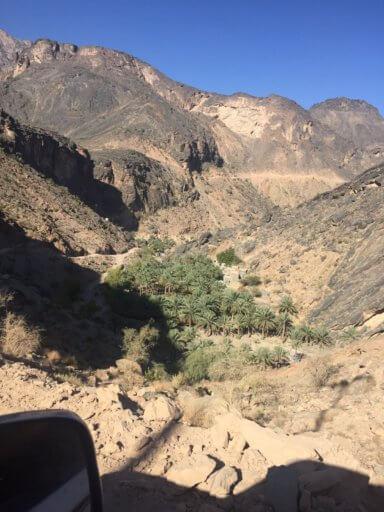 Oasi vist des de la carretera de terra a les muntanyes d'Oman